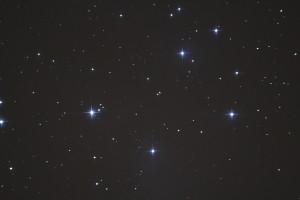 M45 Pleiaden Skywatcher 200 mm Newton-reflector, Canon EOS 1200D in primair brandpunt, ISO-1600, f/5, 1x30 seconden belichtingstijd (24-01-2015)