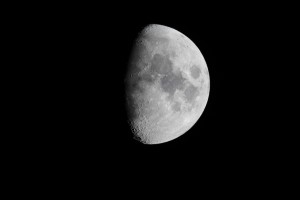 Maan Skywatcher 200 mm Newton-reflector, Canon EOS 1200D in primair brandpunt, ISO-200, f/5, 1/320ste seconde belichtingstijd (27-02-2015)