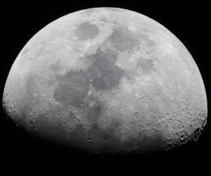 Maan Skywatcher 200 mm Newton-reflector, 2xBarlowlens, Canon EOS 1200D in primair brandpunt, ISO-400, f/10, 1/80ste seconde belichtingstijd, composiet bestaande uit twee foto's (27-02-2015)